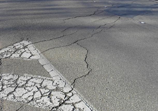 Cracked_asphalt